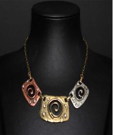 Üç Renk Kristal Taşlı Zincir Metal Kolye